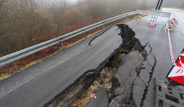 Nakon kiša i potresa na cesti D1 kod mjesta Dubravci urušila se cesta!