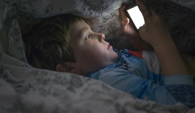 Dječak na mobitelu