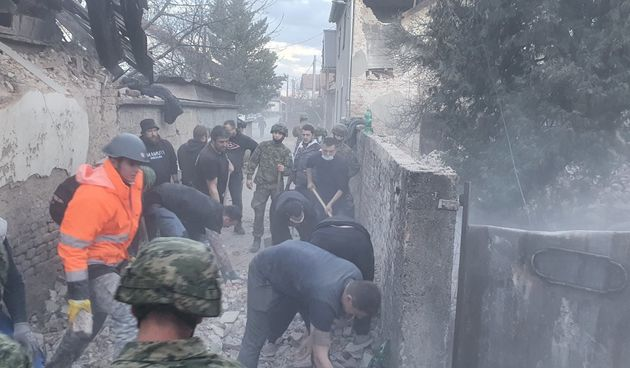 Petrinja nakon potresa - u pomoć stigla vojska, navijači, među njima i brojni Karlovčani FOTO GALERIJA
