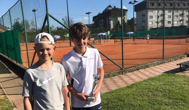 Uspješni mali tenisači na jakom turniru u Ogulinu - Ivano Alić finalist, Luka Basar i Ogulinka Paskaš polufinalisti