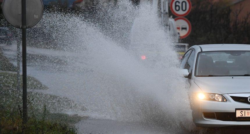 Obilna kiša poplavila je ulice u Županji: Poplavljene se i kuće jer odvodi nisu uspjeli primiti toliko vode