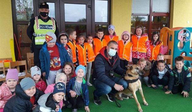 FOTO Policijski pas Atari oduševio klince u dječjim vrtićima na području Grada Preloga