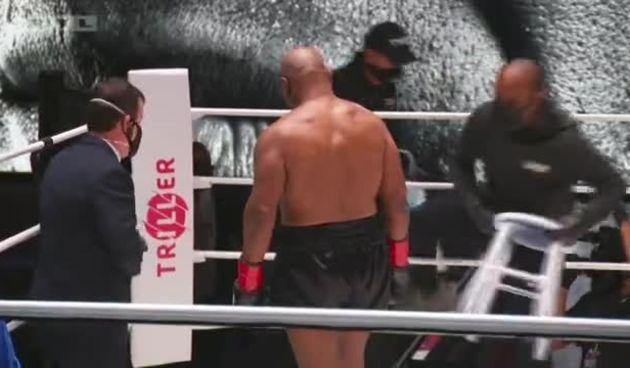 Kao u dobra stara vremena: Tyson nastavio s udarcima i nakon zvuka gonga (thumbnail)