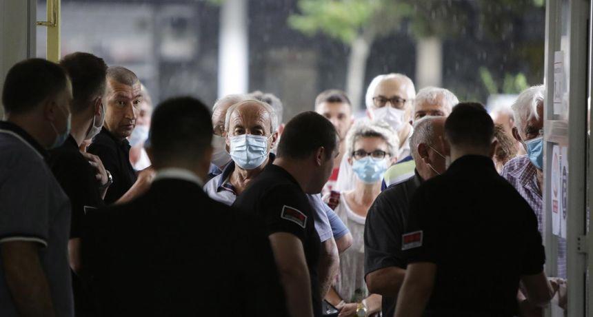 FOTO Velika gužva na biralištima u Mostaru za izbore u Hrvatskoj: Maske se nose, distance nema