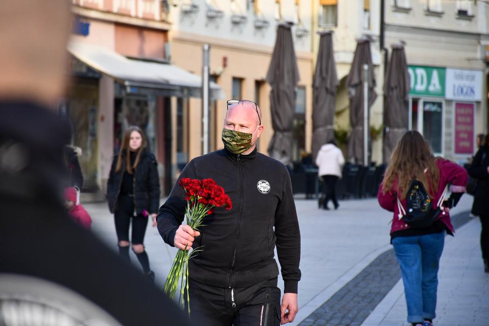 OBRADOVALI SUGRAĐANKE Čakovečki Pikači obilježili Dan žena podjelom crvenih karanfila, simbola ženske snage
