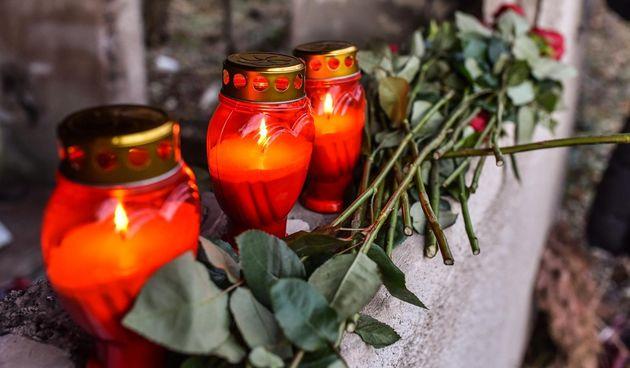 lampioni, ruže, svijeće srmta sahrana