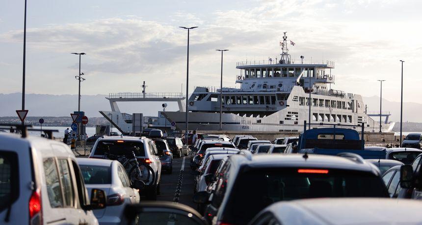 Pojačan promet na cestama prema moru, odgođena linija Zadar - Ancona