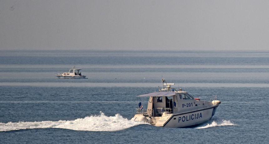 Ostali bez pogona nedaleko Visa: Lučka kapetanija spasila jedrilicu s deset osoba