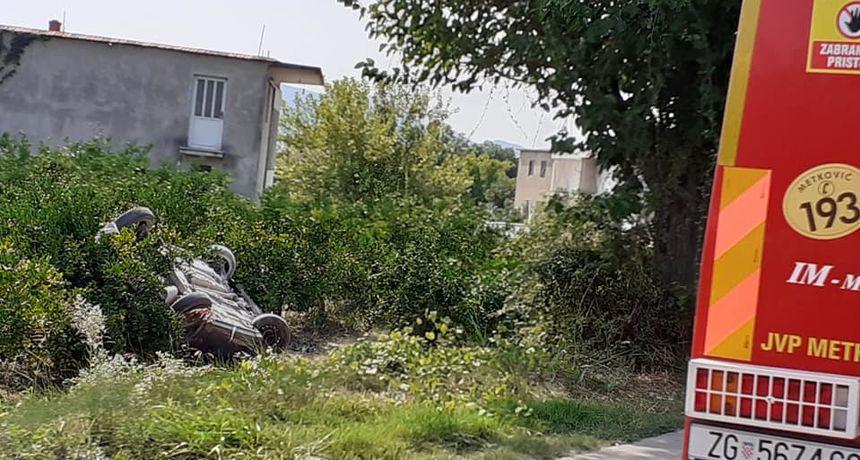 Nesreća u Metkoviću, muškarac poginuo kada je ispao iz auta koji se nakon slijetanja s kolnika prevrnuo