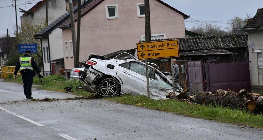 Nova Gradiška: Poginuo 31-godišnjak koji je vozio bez dozvole i pojasa te razgovarao mobitelom