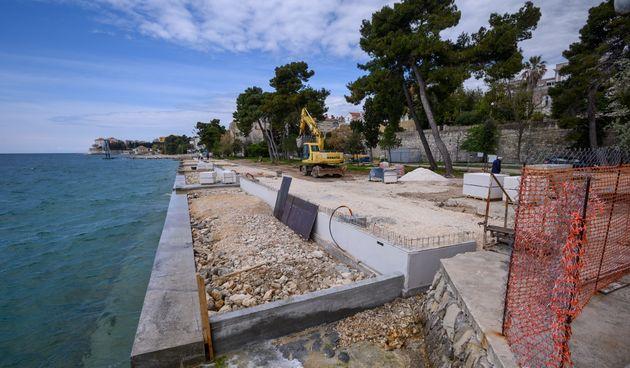 U sklopu prve faze uređenja plaže Kolovare u tijeku je postavljanje kamenih blokova