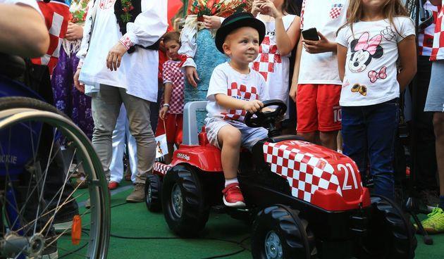 Mali bećar Vida u suzama: Na tatinom dočeku izgubio je traktor