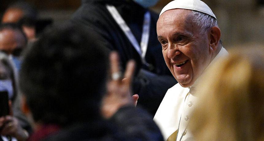 Papa Franjo: 'Novac koji se troši na naoružanje trebao biti preusmjeren za sprječavanje budućih zdravstvenih kriza'
