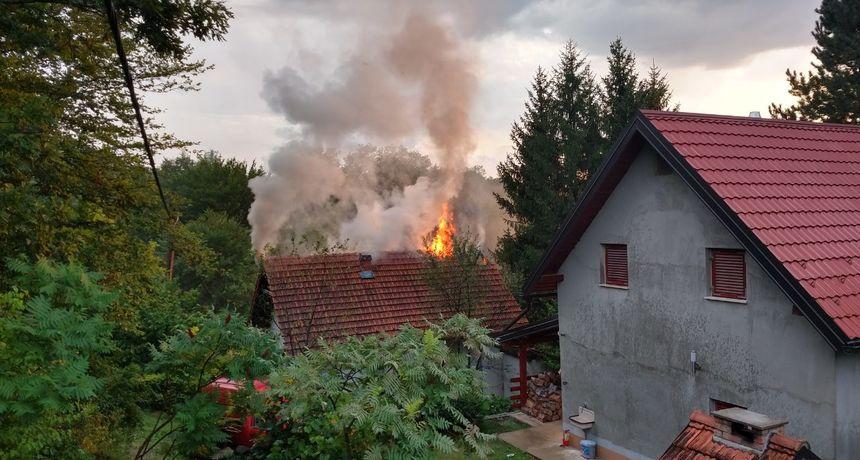 Grom udario u kuću kod Barilovića i zapalio je u hipu - morali intervenirati vatrogasci POGLEDAJTE FOTOGRAFIJE...