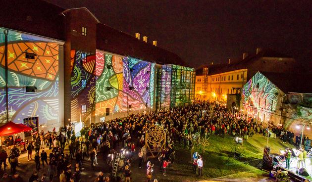 Osijek, 3.10.2020. - Jučer je u Osijeku počeo drugi HeadOnEast festival. Cijeal Tvrđa pretvorial se u šarenu festivalsku pozornicu s brojnim zanimljivim sadržajima. Kako je bilo prve večeri pogledajte u našoj velikoj fotogaleriji [HeadOnEast 2020.]
