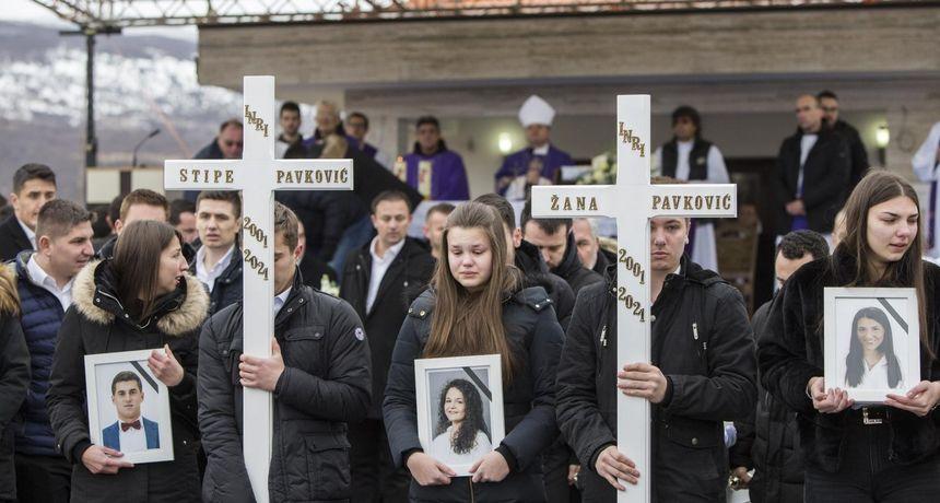 FOTO Hercegovina zavijena u crno: Prijatelji nose lijesove. Čuju se samo suze i jecaji