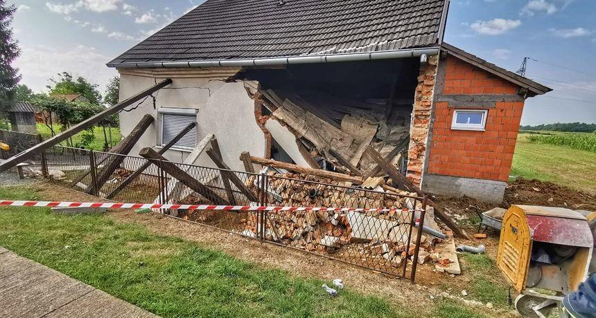 Kuća se srušila na muškarca, morali ga izvlačiti vatrogasci