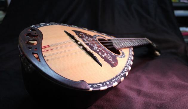 Instrument bouzouki