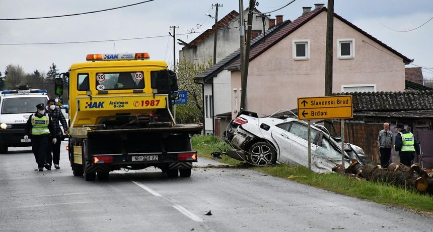 Detalji stravične nesreće u kojoj je poginuo 31-godišnji vozač: Vozio 150 km/h!? Zabio se u stup pa ogradu
