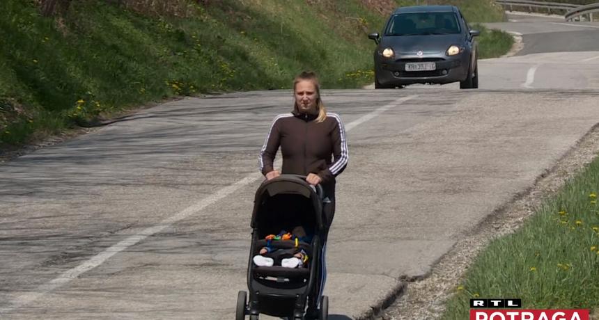 Majke s kolicima zaobilaze kamione. Potraga istražuje kako izgleda život uz staru cestu kojom neprestano prolaze šleperi