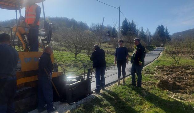 Ratković obišla radove na asfaltiranju ceste u Čurilovcu: Važno nam je i kako se živi u svim našim mjesnima odborima