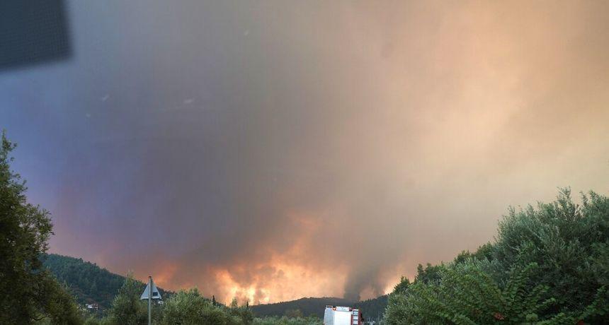 FOTO Požari i dalje nezaustavljivo divljaju Grčkom, polovica drugog najvećeg otoka je 'nestala'! 'Ovo je biblijska katastrofa'