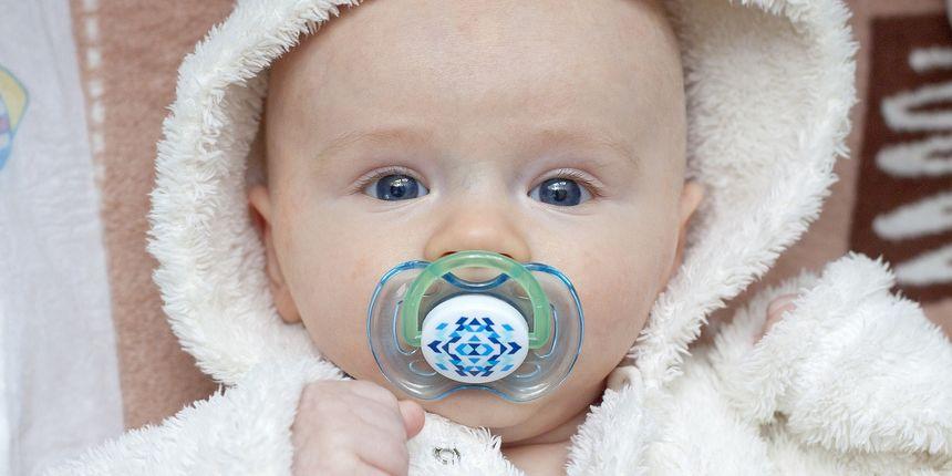 'Čistite' bebinu dudu varalicu svojom slinom? Izgleda da je to korisno protiv alergija