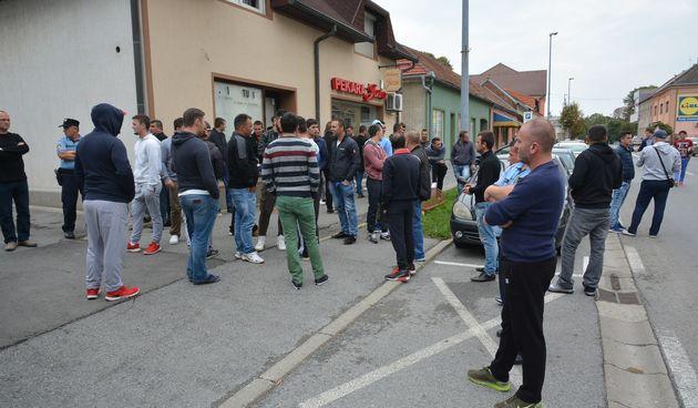 Napeta atmosfera u Slatini: obitelj i prijatelji izbodenih mladića okupili se ispred policijske postaje