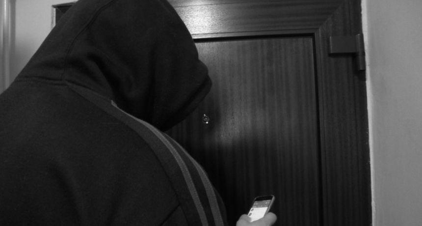 Oprez, lažni zdravstveni radnici operiraju po gradu! Na Dubovcu su silom htjeli ući u stan, vlasnica ih jedva otjerala kad je udarila vratima i vikala