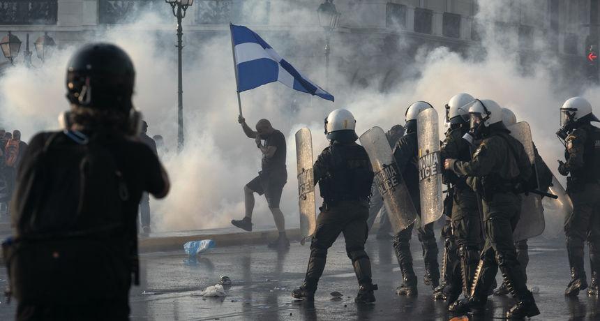 Grčka policija i prosvjednici sukobili se na prosvjedu protiv cijepljenja u Ateni