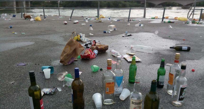 FOTO Partijanje ispod Dravskog mosta ne prestaje: Sve je prepuno smeća, boca, opušaka...