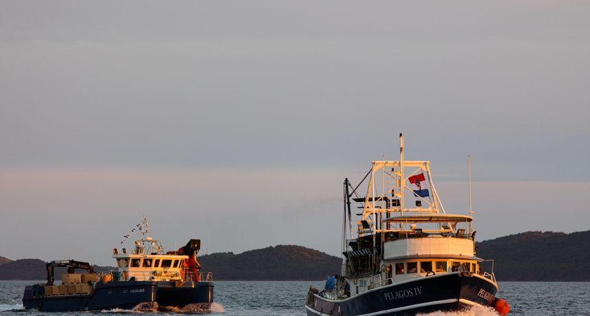 Siromašan defile brodica za Dan državnosti, zvonik u bojama hrvatske zastave