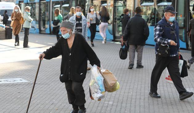 Građani nose maske i na otvorenom