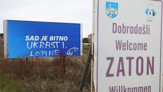 Išaran predizborni plakat HDZ-a na ulazu u Zaton