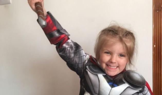 Tati djevojčice prerušene u superjunaka rekli da odgaja lezbijku, a on oduševio odgovorom