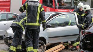 Vatrogasci izvlačili automobil pod kojim se otvorila rupa