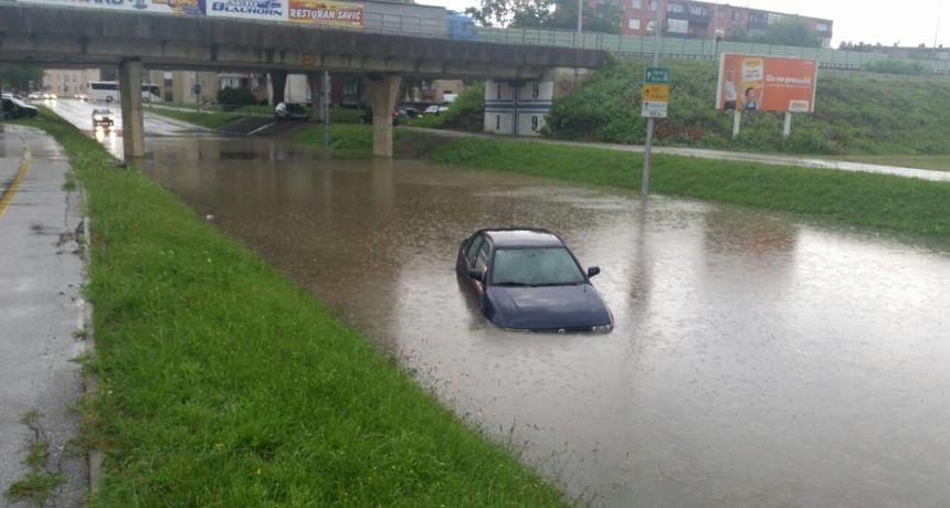 FOTO, VIDEO: Grmljavinsko nevrijeme i jaka kiša pogodili Karlovac - potopljeni dijelovi grada, građani se spašavali iz vode...