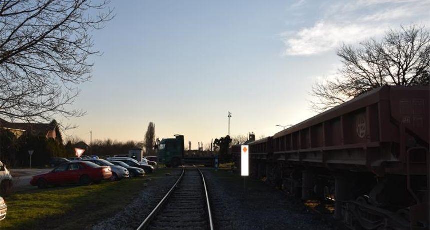 Sudar vlaka i kamiona: Ozlijeđen strojovođa iskakajući iz lokomotive