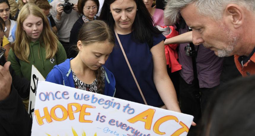 Greta Thunberg s klimatskim aktivistima stigla Trumpu pred vrata: 'Nikada ne odustajte!'