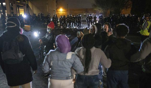 Policija ubila mladog crnca pored Minneapolisa: Bijesna gomila okupila se ispred policijske zgrade