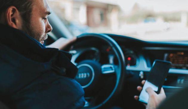 Vozač i mobitel, vožnja, automobil, volan, promet