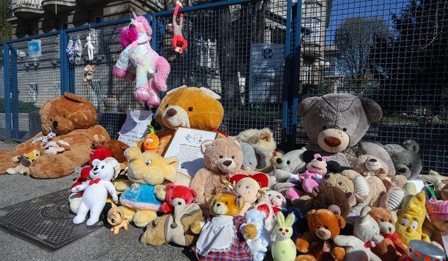 Zagrepčani ostavljaju igračke i pale svijeće pred bolnicom za preminulu djevojčicu