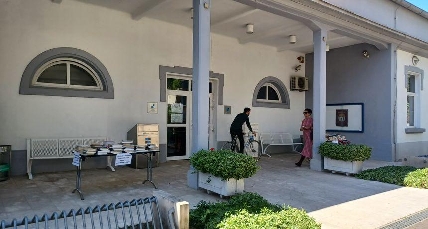 Besplatne knjige ispred Gradske knjižnice Zadar