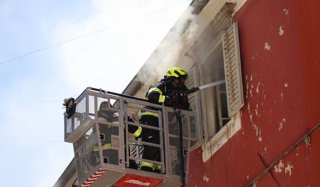Vatra se brzo širila: Gorio stan u Zadru. Vatrogasci evakuirali stanare
