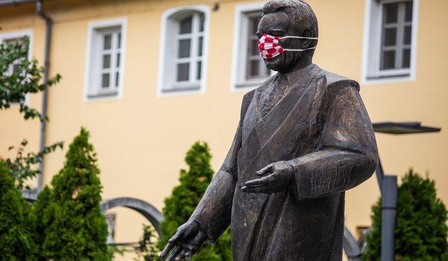 Spomenici s zaštitnim maskama
